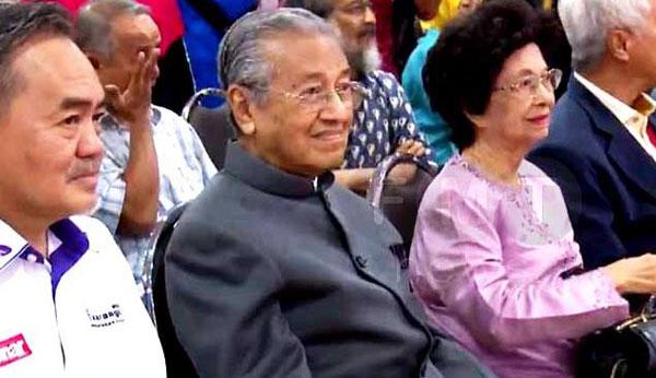 馬哈迪(左2起)與西蒂哈絲瑪,被安排坐在最前排的座位,與主講人面對面交流。