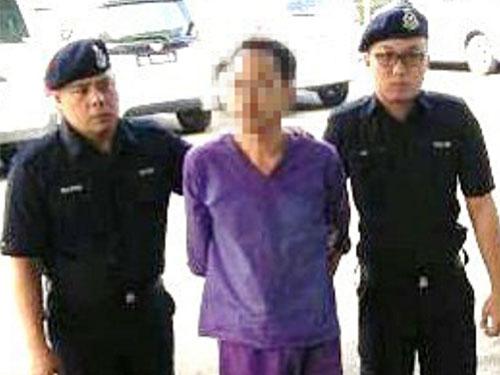 涉強姦女生的教育廳高級官員,被警方帶往詩巫推事庭申請延扣。