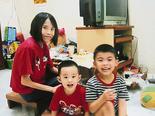 黃愛君(左起)病后體重劇跌,在家休養時與李茲羱及李孳維合照。