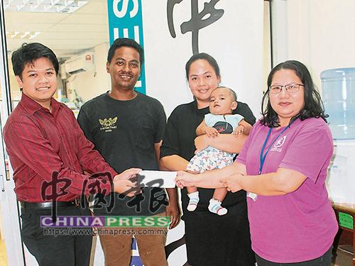 劉淑菁(右)移交支票給希敏,左2起為江進祥及陳蓮珍。