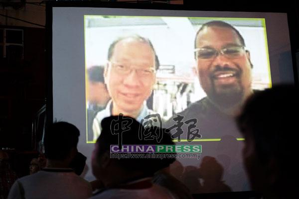 林冠英以大螢幕向民眾出示穆辛和前任檳首長丹斯里許子根的合照。