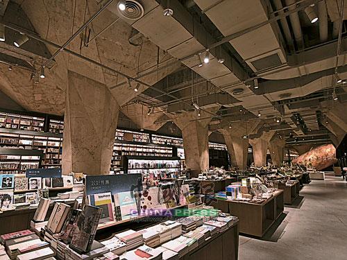 """鑒於創造埋藏已久地下傳奇""""藏經閣""""的想法,店內使用了大切割面的水泥柱,閣樓的藏書櫃,穿越書櫃中間的空橋及閣道,所有的材料都最原始樸實的呈現。"""