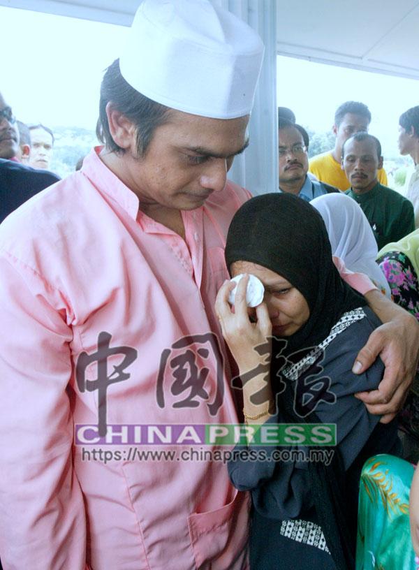 努琳的父親賈茲敏阿都加里爾(左)與母親諾拉姿安(右)當時一度不願接受愛女已離世的消息。