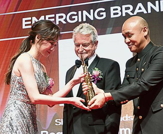 Arissa Ng(左起)在APBF董事長丹斯里萊尼艾德弗見證下,從諾羅敦.納拉旺親王殿下手中接過獎盃。