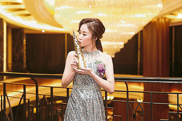 Arissa Ng歡喜分享得獎感受,親吻自己努力獲得的成果。