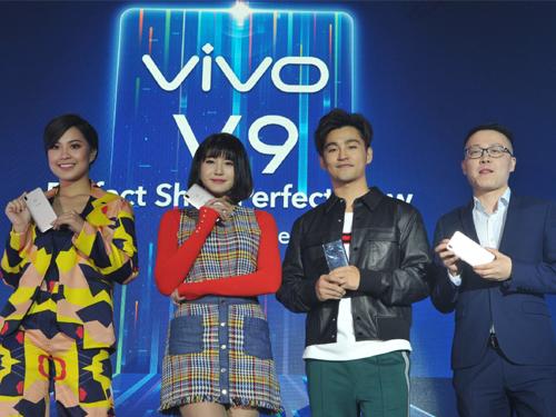 左起為Janna Nick、Joyce Chu、Alvin Chong 和 Mike Xu 聯合為Vivo全新全面屏V9智能旗艦機主持推介禮。