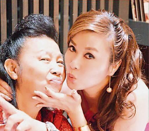 楊銀君(右)與母親感情深厚,母女倆偶爾嘟起嘴合影。