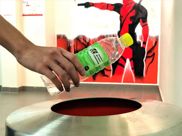 塑料雖然輕便耐用,但卻百年不化,對環境造成一定的負擔,因此Golden Screen Cinemas呼籲觀眾們將手上的塑料瓶子丟進回收桶。