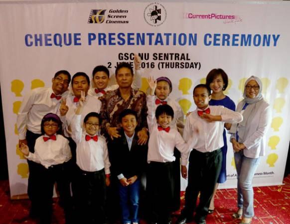 "GSC 總執行長與NASOM主席,連同孩子們一起出席""世界自閉症日""觀影活動。"