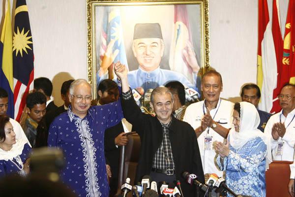 幸好保住了中央!雖然大選成績不理想,但時任國陣主席兼看守首相阿都拉(左3)還是與副手納吉抬手,慶祝國陣保住中央政權。(檔案照)