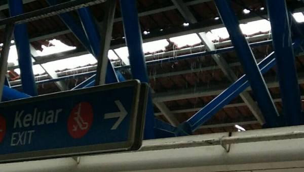 格拉那再也輕快鐵站的頂部被掀開,大雨直接淋到站內。