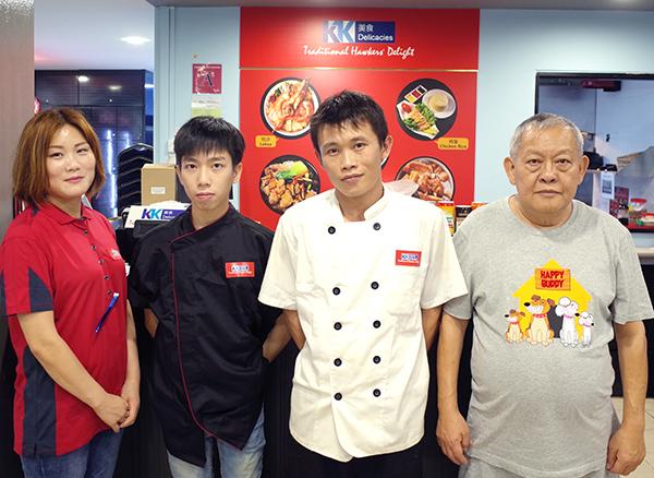 馮家權(右)在樟宜路一家餐館擔任生意顧問,計劃將生意擴充至亞洲各地。