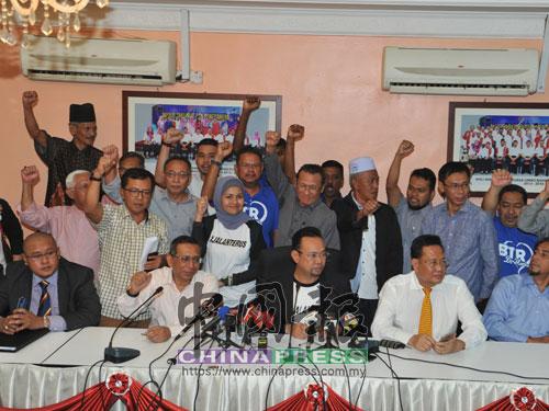 里查曼莫達連同區會領袖、家人和支持者,在區會服務中心召開記者會。