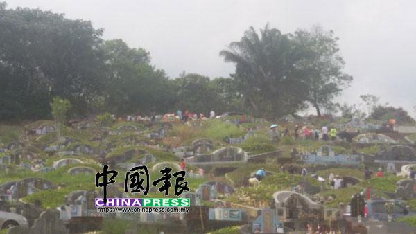 清明過后,星期日的義山仍可見不少的掃墓者。