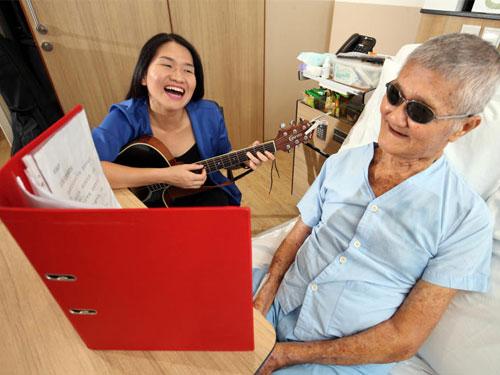 林金木一看见林雯滇就露出笑脸,一起唱歌时虽然有时中气不足,但依旧努力唱满每句歌词。