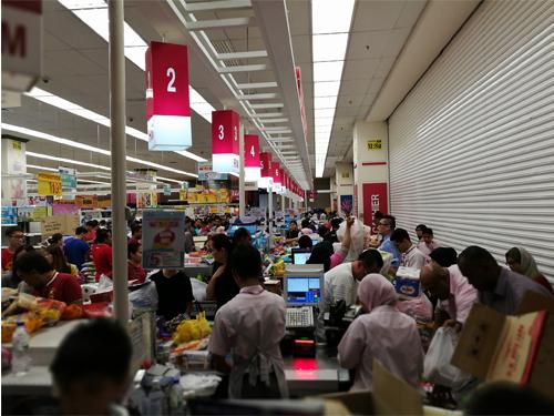 受幸运之神眷顾的民众在超市内,排队等待结账。
