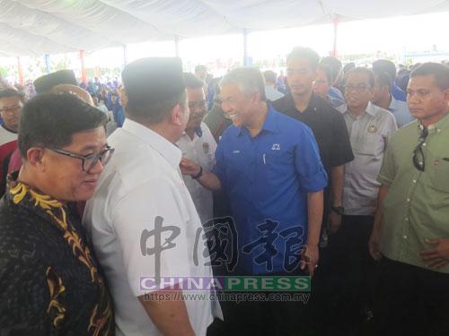 各族領袖到場歡迎阿末扎希,左為居鑾中華總商會會長丹斯里陳成龍。