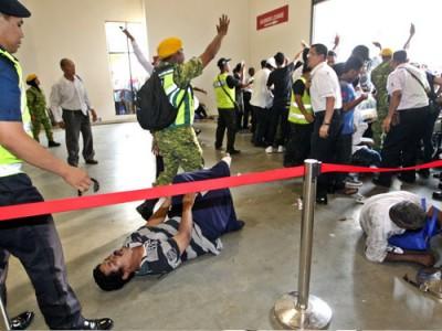 在場維持秩序的志願警衛試圖控制場面。