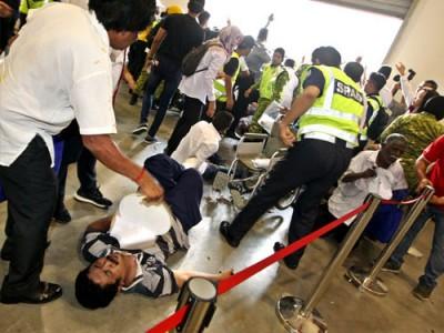 發生人踩人,有者受傷倒地。