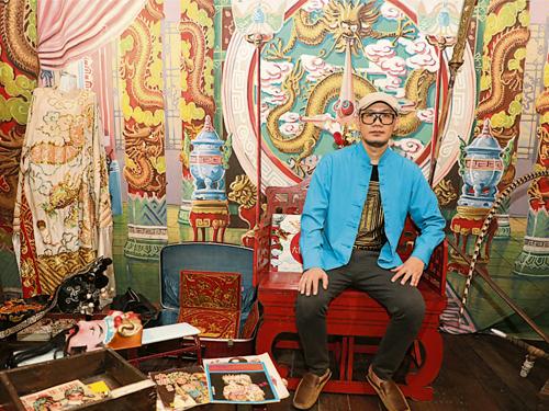張吉安身後為半山芭老師傅王超風當年所畫的粵劇六國大封相背景布幕。