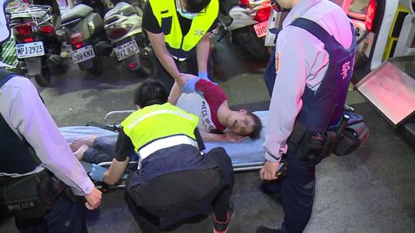 蔡男全身無力躺在擔架上送醫。