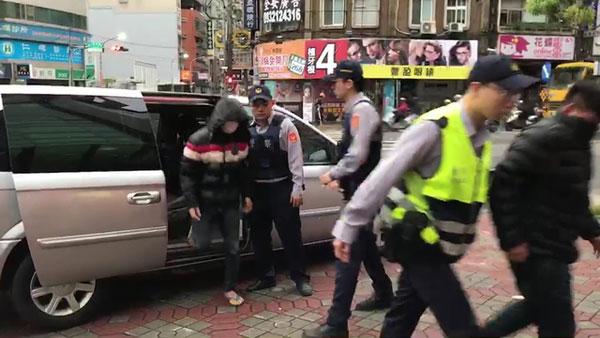 打人嫌犯由警方帶回偵詢。