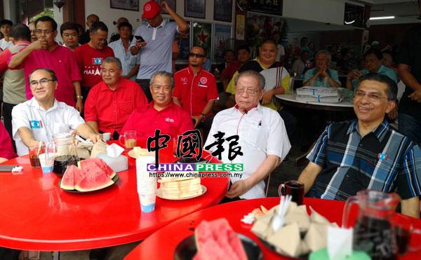 張發虎(前左起)、慕尤丁、林吉祥與賽依布拉欣與地方領袖,出席咖啡店論壇。