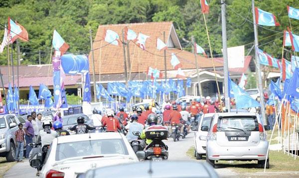 浮羅交怡多處的街區,國陣旗幟處處可見。(取自馬哈迪面子書)
