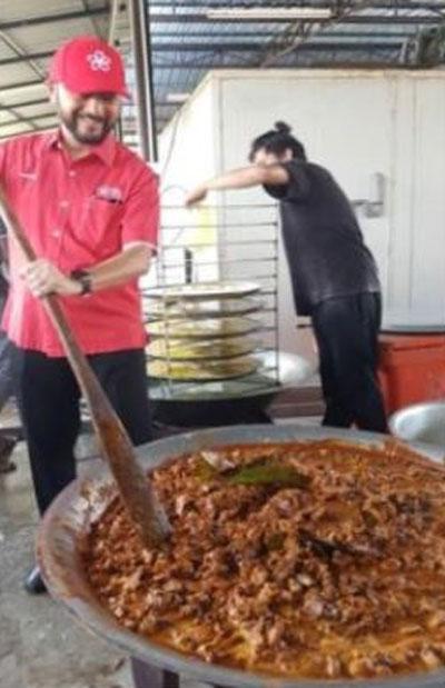 慕克里茲攪拌咖喱牛肉。(圖取自互聯網)