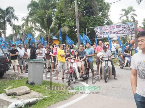 佳雅新村的村民騎著摩哆或站在路邊,專心聆聽行動黨的政治講座。