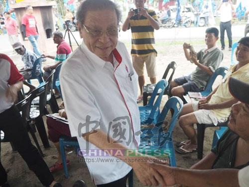 林吉祥(中)抵達佳雅新村時,與民眾親切握手。