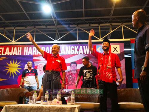 馬哈迪(左)已抵達現場,并獲得大批支持者迎接。