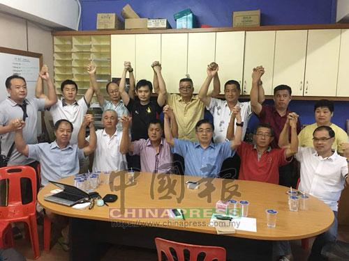 巫程豪(坐者右3)和基層黨員舉起手,高喊打到國陣。