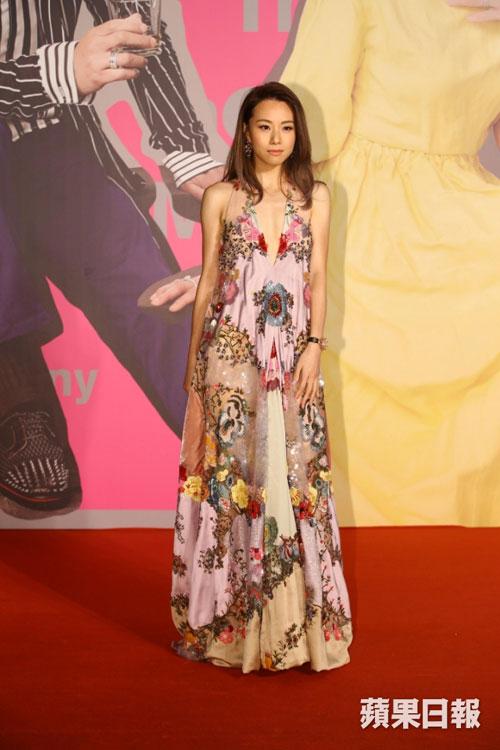 鄧麗欣(Stephy)以超性感開胸裝亮相紅毯,她今晚憑《空手道》入圍最佳女主角。