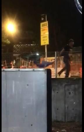 巫裔男子醉酒拆國陣黨旗,被民眾拍下上傳社交網站。