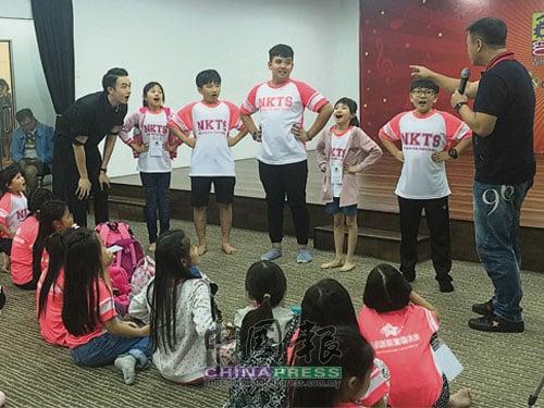 李翔工作室的導師們,指導學生正確的發聲方法。