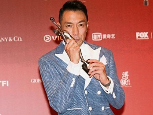 姜皓文奪金像男配角獎,激動泛淚。