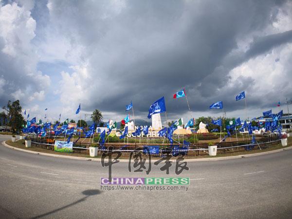 第14屆全國大選將至,島上也掛著許多的黨旗。