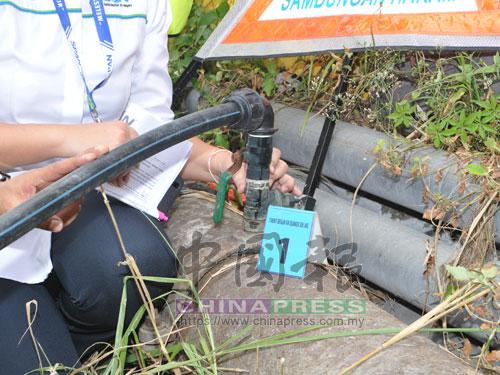 建築工地人員從主要水管兩處不同位置下手,非法駁接HDPE水管偷走水源。