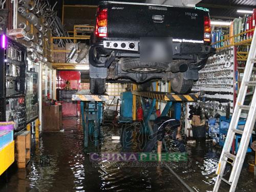 雨水紛紛湧進店內,員工們忙著清理善後工作。