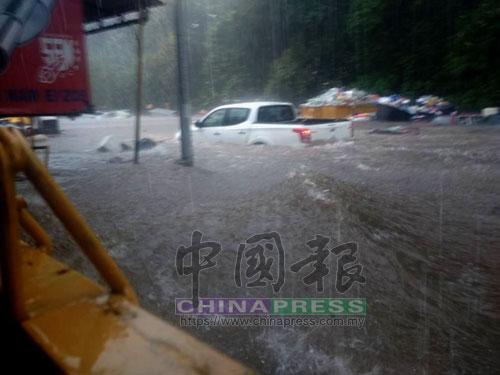 雨水上漲地非常快,一些轎車被迫卡在雨水,十分危險。