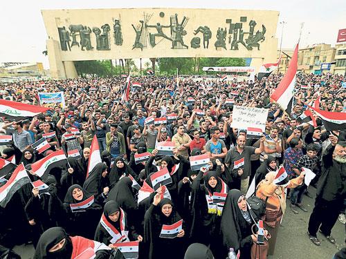 伊拉克數千名民眾週日在首都巴格達舉行集會,抗議美英法對敘利亞發動軍事打擊。(路透社)