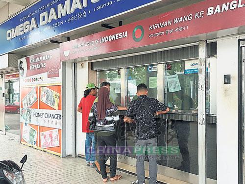 民眾趁著令吉升值,前往兌換外幣。