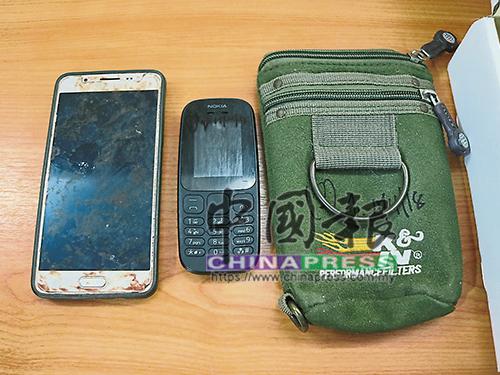 警方起獲遭嫌犯丟棄在橋底,屬于死者的2台手機。