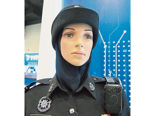 內有高端面部認證技術的穿戴式攝影機,配戴在輔警的肩膀下方。