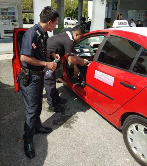 警方透過各種方式設法弄醒乘客。