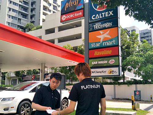 車行員工兩度到油站,希望代阿叔支付125新元的油費。