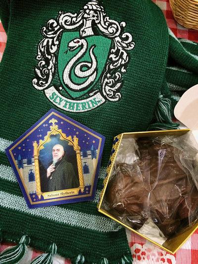 魔法界最受歡迎的零食,巧克力蛙和附贈的巫師卡。