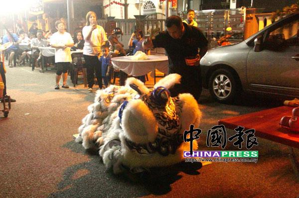東甲金山體育龍獅團教練盧行炯為該頭孝獅進行點睛儀式。