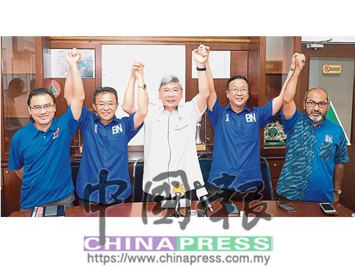 馬袖強(中)宣佈王勝龍(左2起)與劉華才,為甲洞與峇都區候選人。左起為梁毅成及古蘭。